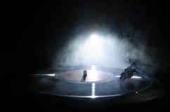 Skivtallrikvinylskivspelare Retro ljudutrustning för diskjockey Solid teknologi för att discjockeyn ska blanda & som spelar musik fotografering för bildbyråer