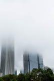 2 Skiyscrapers поднимая в густой туман Стоковая Фотография