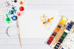 Skizze der orange Aquarell-Libelle und der Farben Stockbild