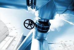 Skizze des Rohrleitungsentwurfs mischte mit Fotos der industriellen Ausrüstung Stockbilder