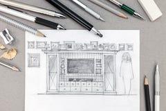 Skizze einer Unterhaltungswand mit verschiedenen Ziehwerkzeugen an auf grauem Schreibtisch Lizenzfreies Stockbild