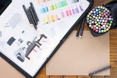 Skizze und Markierungen sind auf dem Tisch Platz f?r Text lizenzfreies stockbild