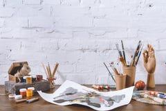 Skizze und Schalen mit Bürsten Lizenzfreie Stockfotografie