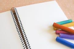 Skizzen-Auflage mit weichen Pastellen Stockfotografie