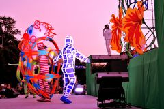 Skizzen im Raum Straßentheaterleistung in Gorky-Park in Moskau