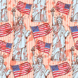 Skizzieren Sie Freiheitsstatuen und Flagge, nahtloses Muster Lizenzfreies Stockfoto