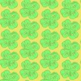 Skizzieren Sie Klee, nahtloses Muster des Vektors, St- Patricktag-symbo Stockfotografie