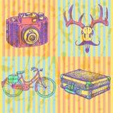 Skizzieren Sie Rotwild mit Schnurrbart-, suitecase-, Fahrrad- und Fotokamera, Lizenzfreies Stockfoto