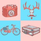 Skizzieren Sie Rotwild mit Schnurrbart-, suitecase-, Fahrrad- und Fotokamera, Stockfoto