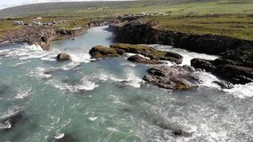 Skjalfandafljot-Fluss und berühmter Godafoss-Wasserfall, Island stock video
