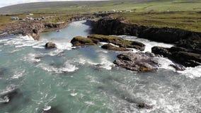 Skjalfandafljotrivier en beroemde Godafoss-waterval, IJsland stock video