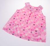 Skjorta behandla som ett barn den isolerade klänningen behandla som ett barn flickaklänningen Royaltyfria Foton