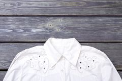Skjorta för vita kvinnor med bergkristaller Arkivfoto