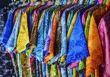 Skjorta med färgrikt Arkivbilder
