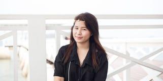 Skjorta och le för asiatiska kvinnor svart. Arkivfoto