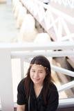 Skjorta och le för asiatiska kvinnor svart. Royaltyfri Fotografi
