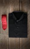 Skjorta och slipsar på träbakgrund Royaltyfria Bilder