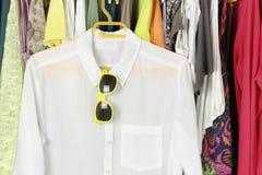 Skjorta och solglasögon Royaltyfria Bilder