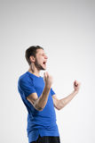 Skjortan för blått för fotbollspelaren med bollen isolerade studion Arkivbilder