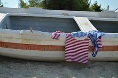 Skjortor för marinblicksommar på det gamla fartyget Arkivfoton