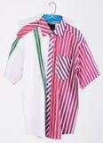skjortor manskjortor på hängare Arkivfoton