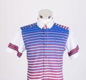 skjortor manskjortor på skyltdocka Arkivfoton