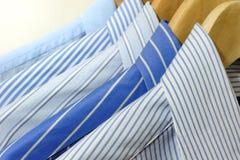 Skjortor på hängare Royaltyfri Foto