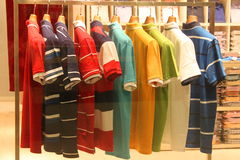 Skjortor på hängare Arkivbild