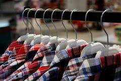 Skjortor på hängare i lager Fotografering för Bildbyråer