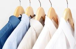 Skjortor på hangarer Fotografering för Bildbyråer