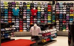 Skjortor shoppar in Arkivfoto