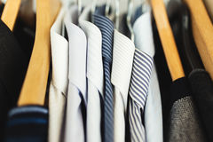 Skjortor som hänger bunten Arkivfoton