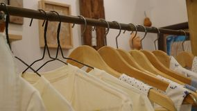 Skjortor som hänger på kläderilska arkivbild