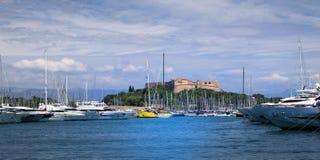 SKJUL D 'AZUR View av den Antibes hamnen arkivbilder