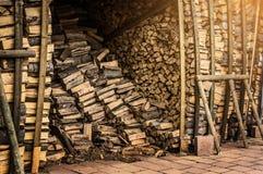Skjul med brandträ för spisen Arkivbild