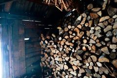 Skjul mycket av vedträt härlig plats av dagligt lantligt liv i vinter ekologisk energi för begrepp arkivbild