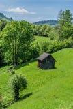 Skjul och staket på kullen arkivfoton