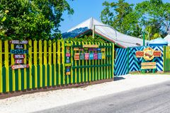 Skjut vagnsrestaurangen och romstången på klipporna av det västra slutet Negril, Jamaica arkivfoton