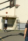 Skjuta basket på beslaget royaltyfri bild