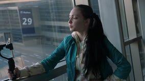 Skjuta en video blogg från stabilisatorn på flygplatsen arkivfilmer
