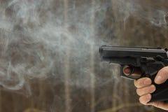 Skjuta för kvinna som är utomhus- med ett vapen arkivbilder