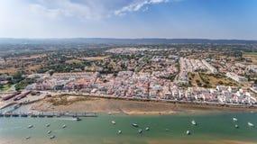 _ Skjuta från himmelpirfiskebåtar i byn Cabanas de Tavira Arkivfoton