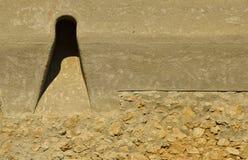 Skjuta hål från den gamla väggen av den Brasov citadellen Rumänien arkivfoto
