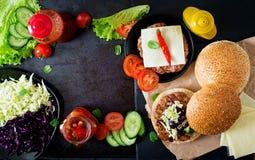 Skjuta in hamburgaren med saftiga hamburgare, ost och blandningen av kål Royaltyfria Foton
