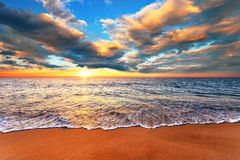 Skjuta i morgonen med fantastisk soluppgånghimmel Royaltyfri Bild