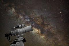 Skjuta ihop att hålla ögonen på galaxen för den mjölkaktiga vägen på natthimmel royaltyfri fotografi
