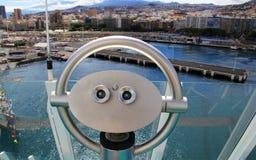 Skjuta ihop på ett kryssningskepp som förbiser Santa Cruz de Tenerife - kanariefågelöar, Spanien Royaltyfri Fotografi