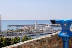 Skjuta ihop tittaren som förbiser Malagaen i Andalusia, Spanien Flyg- sikt av port och staden Royaltyfria Bilder