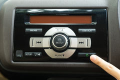 Skjuta makten knäppas för att vända på det stereo- systemet 1 för bilen fotografering för bildbyråer