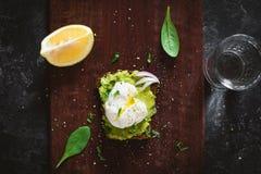 Skjuta in med avokadot och ägget, exponeringsglas av citronvatten Arkivfoto
